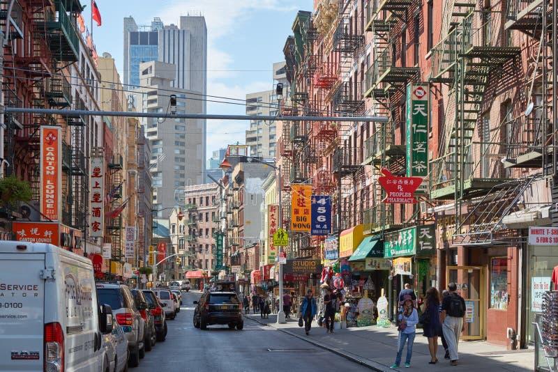 有汽车的唐人街街道和人们和大厦在纽约 图库摄影