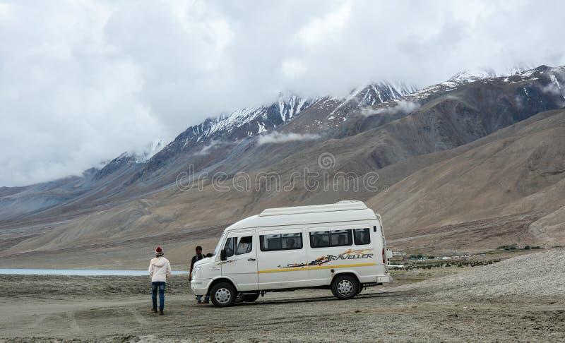 有汽车的游人在拉达克,印度 免版税库存图片