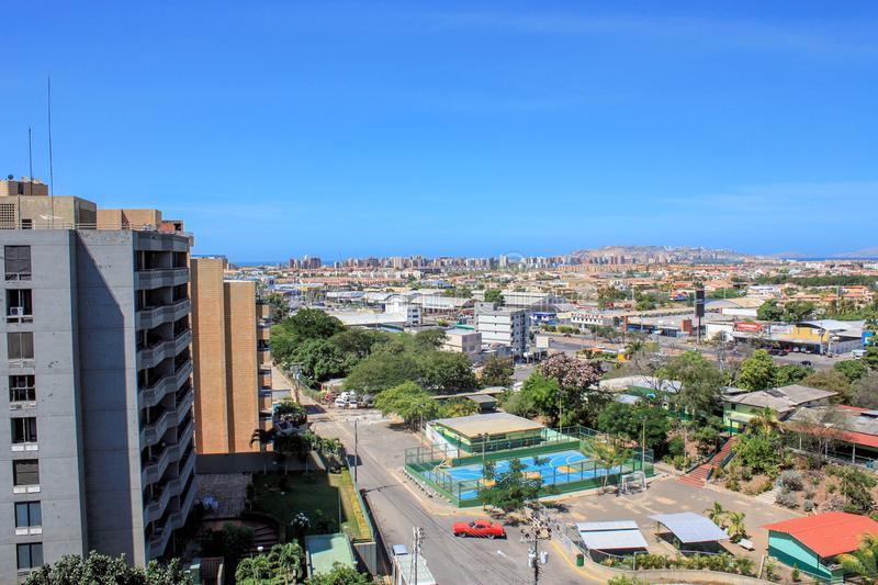 有汽车的街道在puerto la cruz 免版税库存照片