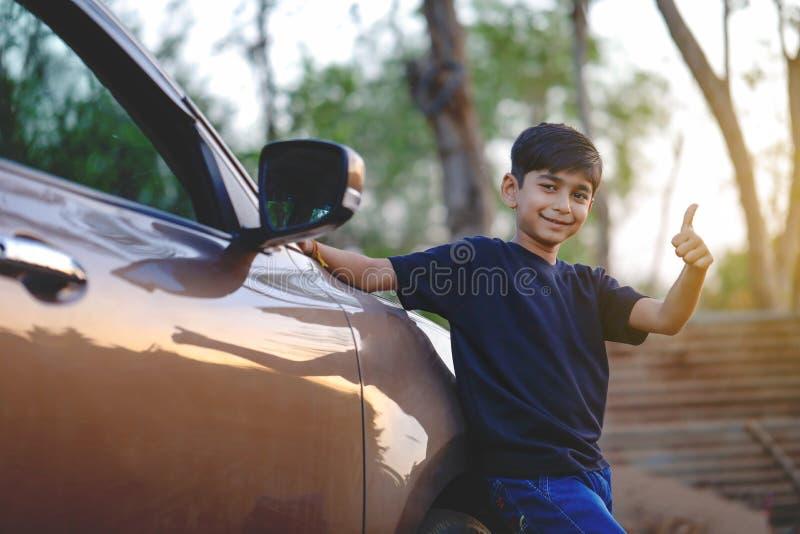 有汽车的逗人喜爱的印度孩子 免版税库存照片
