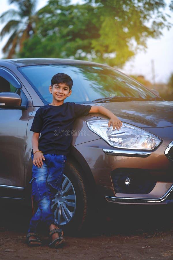 有汽车的逗人喜爱的印度孩子 免版税库存图片