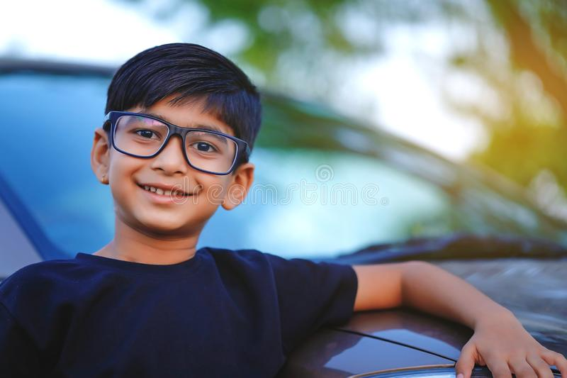 有汽车的逗人喜爱的印度孩子 免版税图库摄影