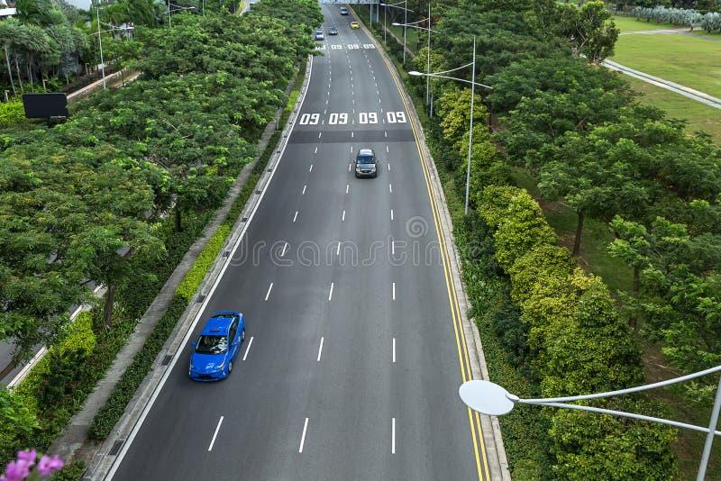 有汽车的绿色车行道 免版税图库摄影