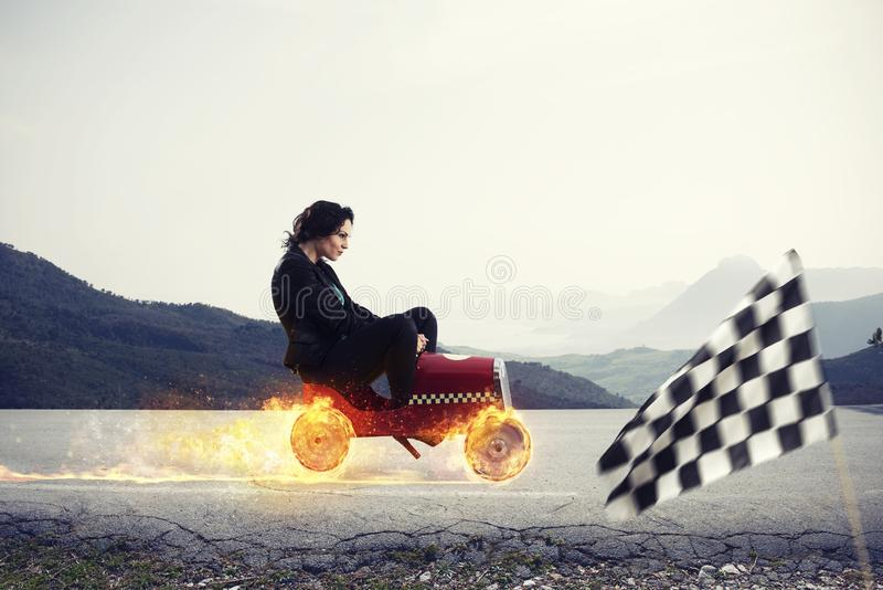 有汽车胜利的快速的女实业家反对竞争者 成功和竞争的概念 库存照片