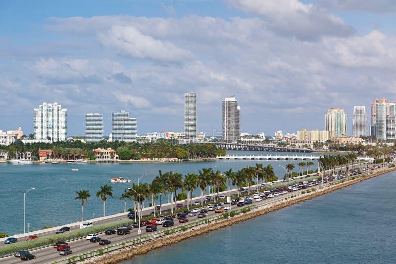 有汽车通行的迈阿密全景 免版税库存图片