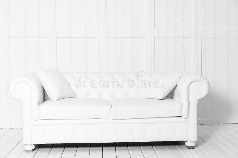 有沙发和空的背景墙壁的绝尘室有LED诗歌选的 免版税库存照片