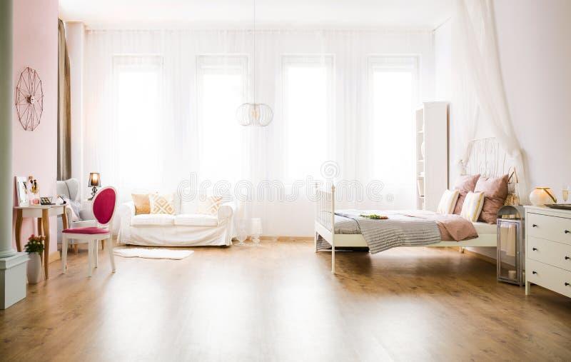 有沙发的多功能室 免版税库存照片