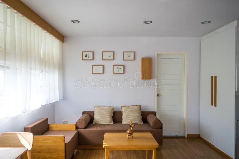 有沙发的白色客厅 图库摄影