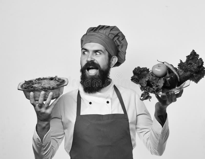 有沙拉盘和被烘烤的土豆的首席厨师 免版税库存图片