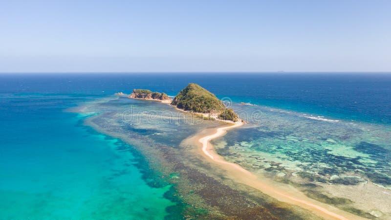 有沙滩和珊瑚礁的小荒岛 免版税库存图片