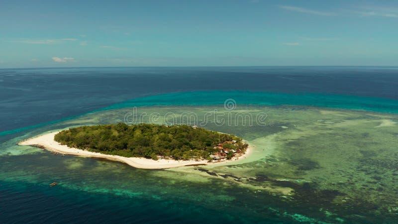 有沙滩的热带海岛 Mantigue海岛,菲律宾 图库摄影