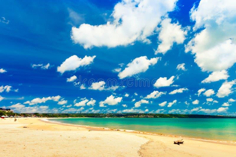 有沙滩和天蓝色的干净的海水的美丽的热带海滩海岛巴厘岛在背景风景
