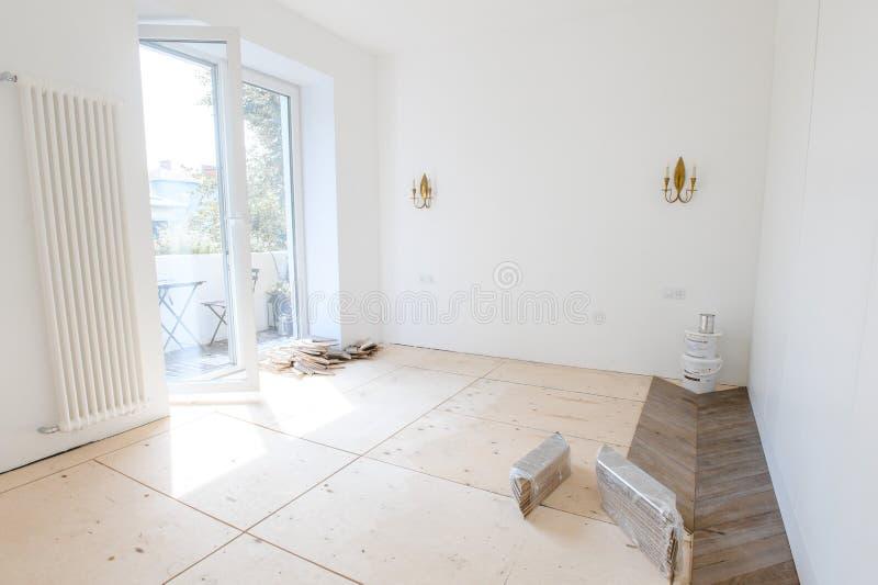 有没人的空的室里面,木条地板美好 r 库存图片