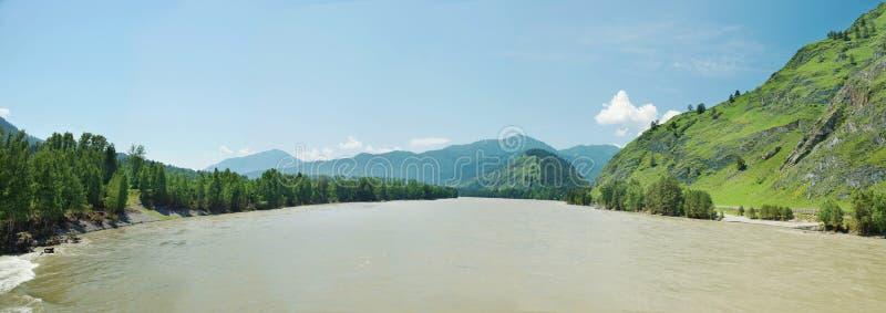 有河和山的美好的明亮的夏天全景 库存照片