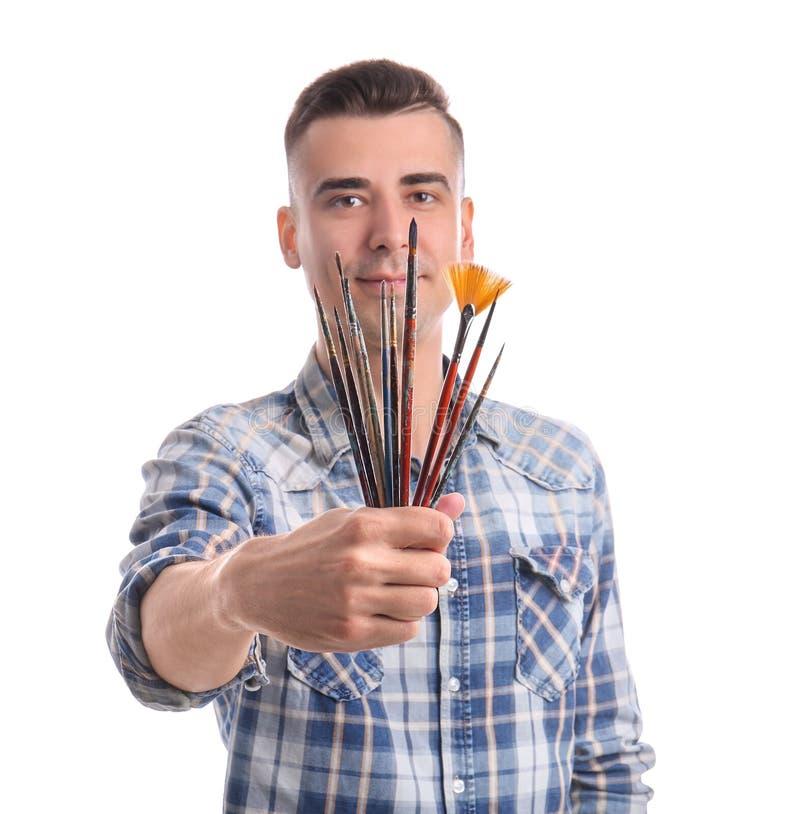 有油漆刷的男性艺术家在白色背景 免版税库存照片