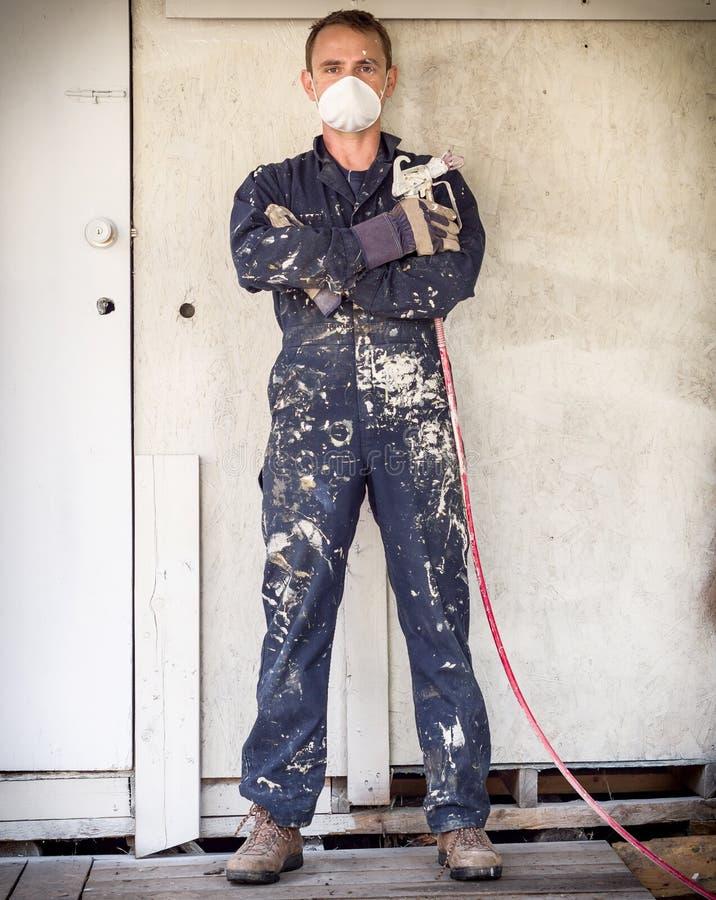 有油漆喷雾器的杂物工 库存照片