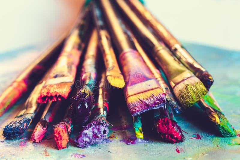 有油漆特写镜头的艺术家油漆刷在艺术性的帆布 免版税库存照片