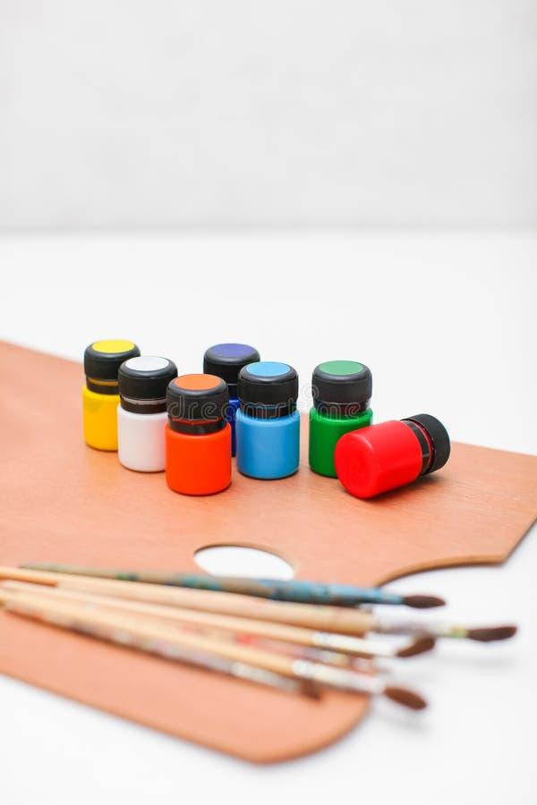 有油漆的木艺术在白色背景隔绝的调色板和刷子 免版税库存照片