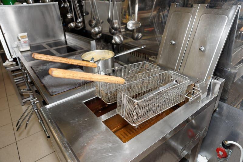 有油的深炸锅在厨房 图库摄影