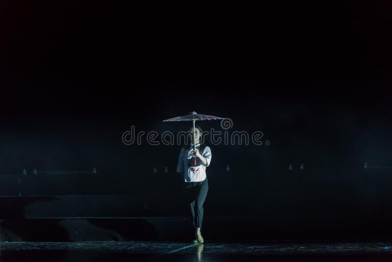 有油纸伞1丁香舞蹈戏曲的一个女孩 免版税库存照片