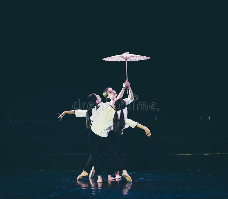 有油纸伞3丁香舞蹈戏曲的女孩 免版税图库摄影