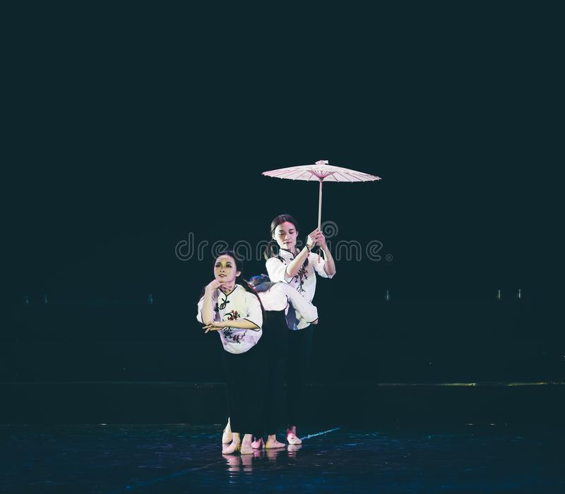 有油纸伞4丁香舞蹈戏曲的女孩 库存照片