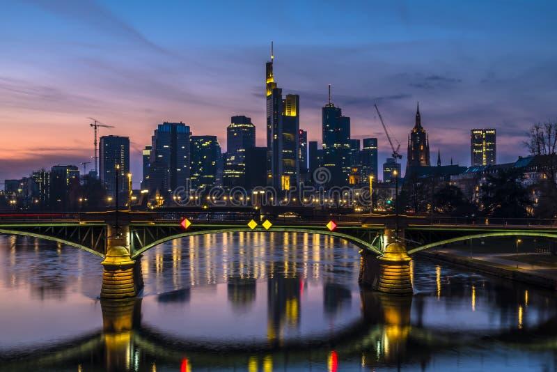 有法兰克福,主要地平线的有启发性桥梁,在德国 免版税库存照片
