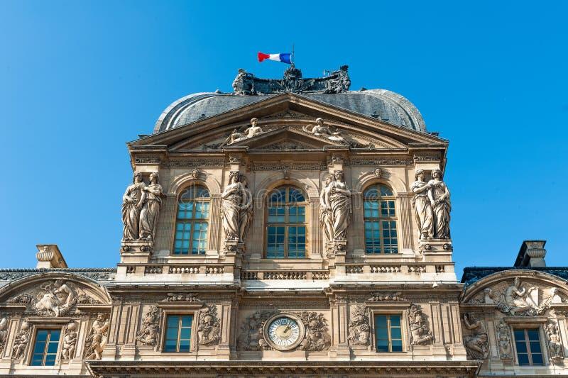 有法国旗子的罗浮宫 库存图片