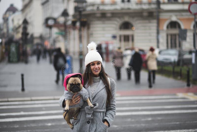 有法国牛头犬的美丽的女孩 库存图片