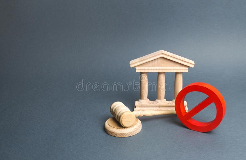 有法官的惊堂木和标志的法院大楼不 制约和法律在制约 反普遍的法律,力量的强夺 库存图片
