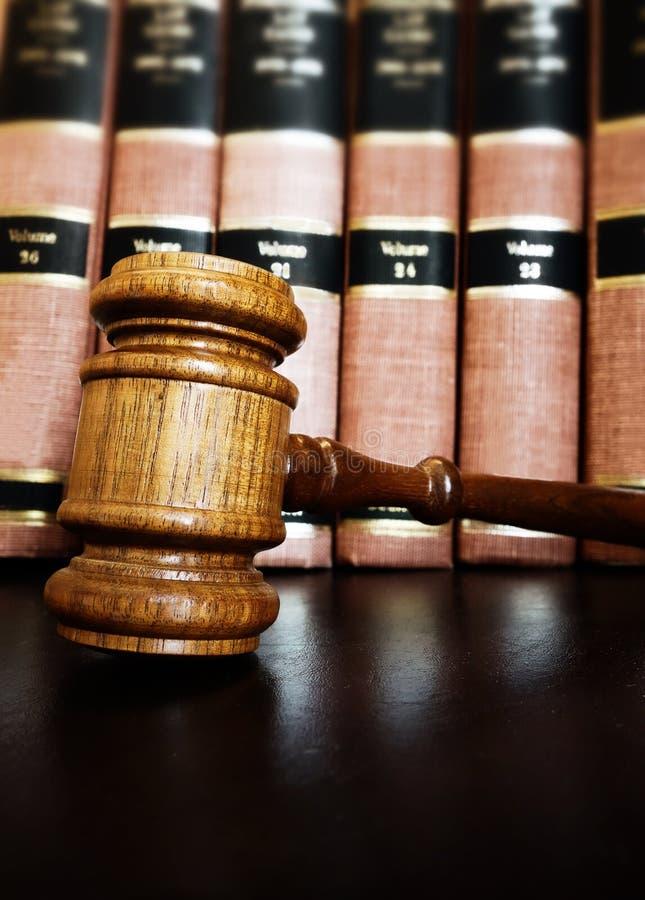 有法律书籍的法院惊堂木 免版税库存照片