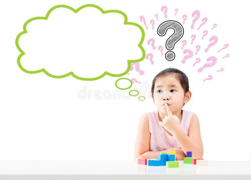 有泡影和问号的想法的小女孩在头顶上 免版税库存照片