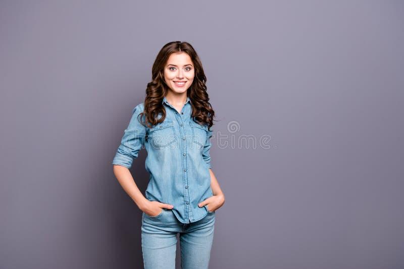 有波浪发的好逗人喜爱的快乐的可爱的可爱的女孩在加州 免版税库存图片