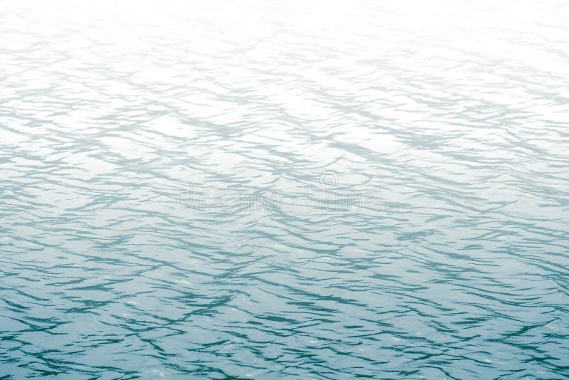 有波浪的海和清楚的天空镇定海洋与小的水表面 免版税库存图片