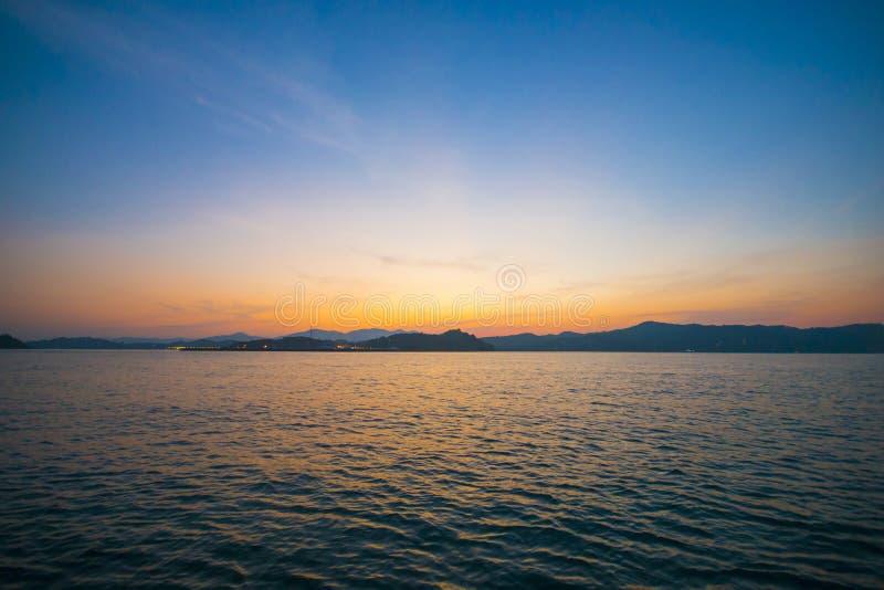 有波纹的美丽的热带海在日落挥动 库存图片