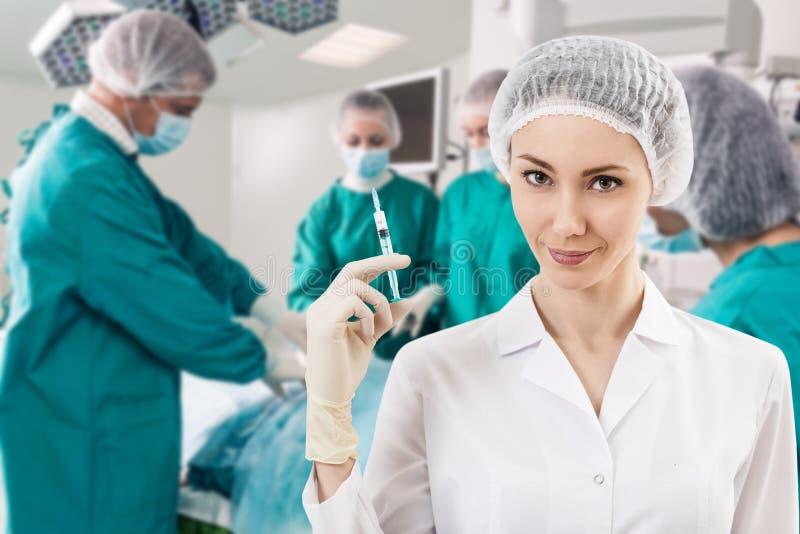 有注射器的麻醉师和手术倒出 库存图片