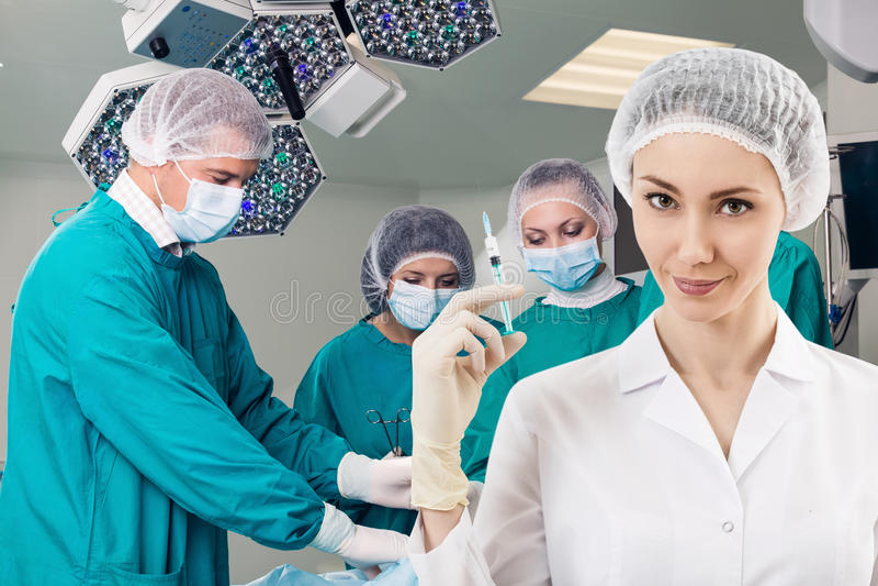 有注射器的麻醉师和手术倒出 免版税库存图片