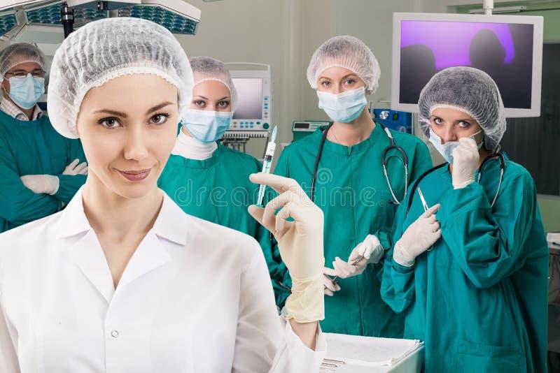 有注射器的麻醉师和手术倒出 库存照片