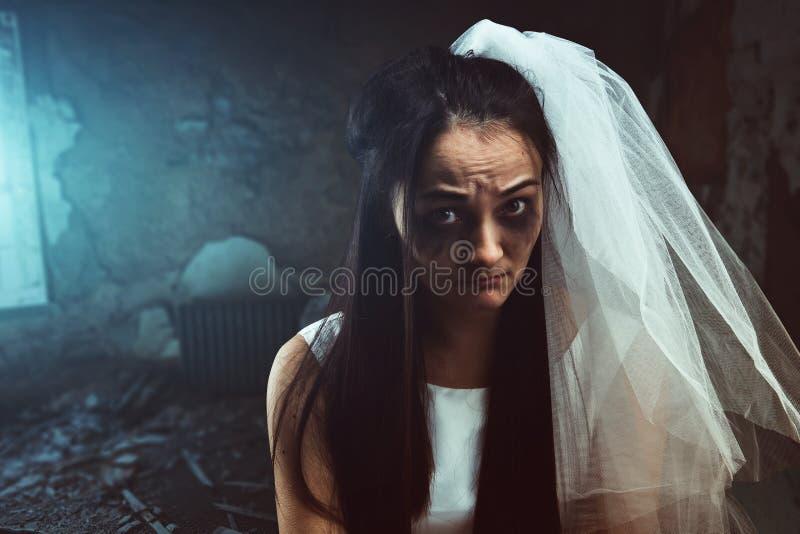 有泪水沾湿的面孔的被弄乱的新娘 库存照片
