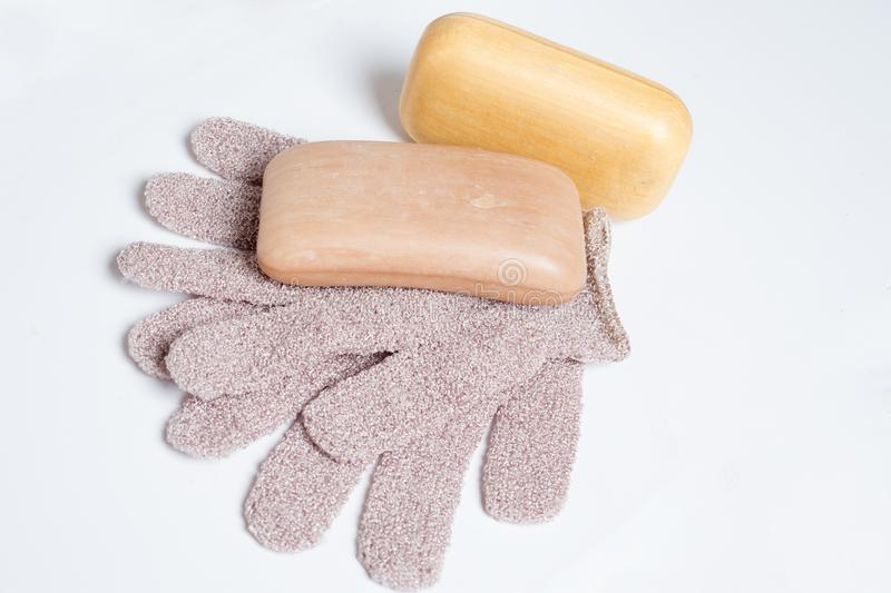 有洗涤物手套的高级自然芳香肥皂在wite背景 库存照片