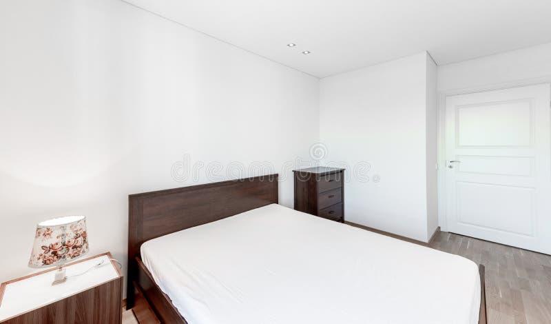 有洗脸台、胸口和窗口的卧室 明亮的白色墙壁 库存图片