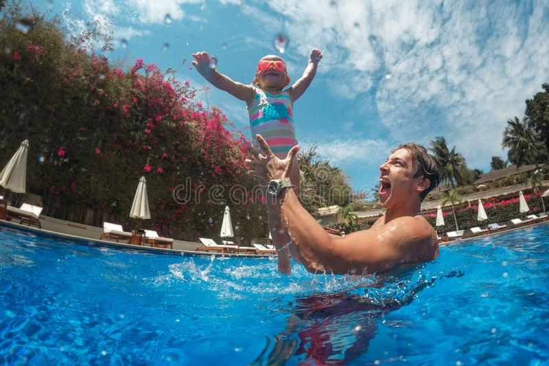 有活跃婴孩的年轻父亲 免版税库存图片