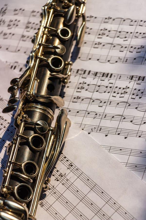 有活页乐谱的单簧管 库存照片