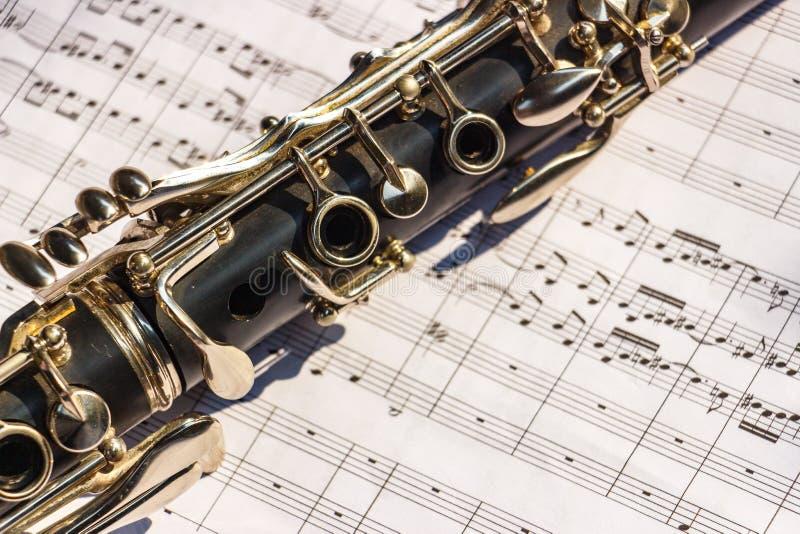 有活页乐谱的单簧管 库存图片