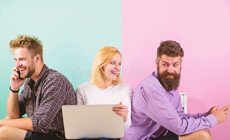 有流动小配件膝上型计算机的公司愉快的朋友 现代社会不可能想象生活没有互联网 男人和妇女 免版税库存图片