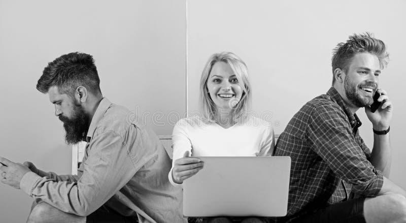 有流动小配件膝上型计算机的公司朋友 现代社会不可能想象生活没有互联网 现代技术 人 免版税库存图片