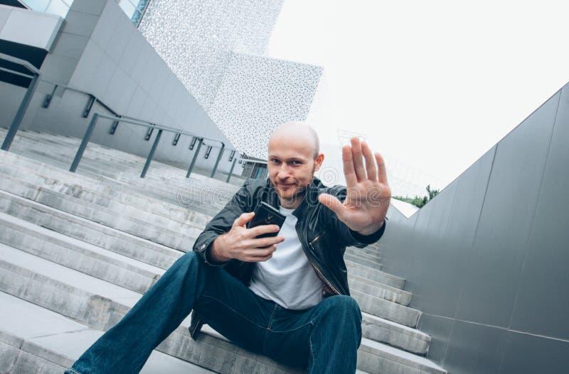 有流动开会的成人秃头有胡子的微笑的人在台阶结束照相机用手,没有照片 免版税库存照片