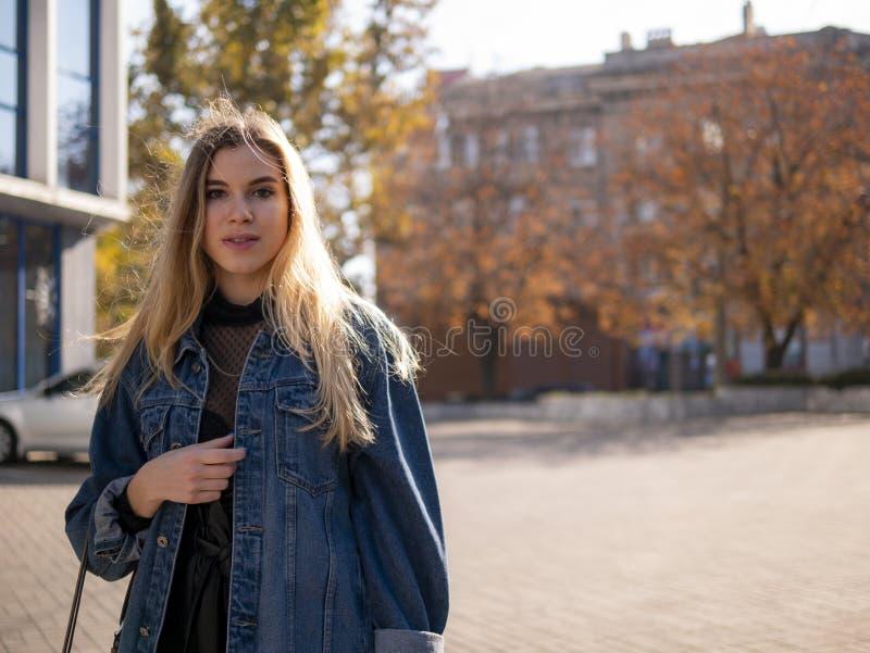 有流动的头发的年轻时髦的少年女孩在牛仔布夹克户外 免版税库存照片