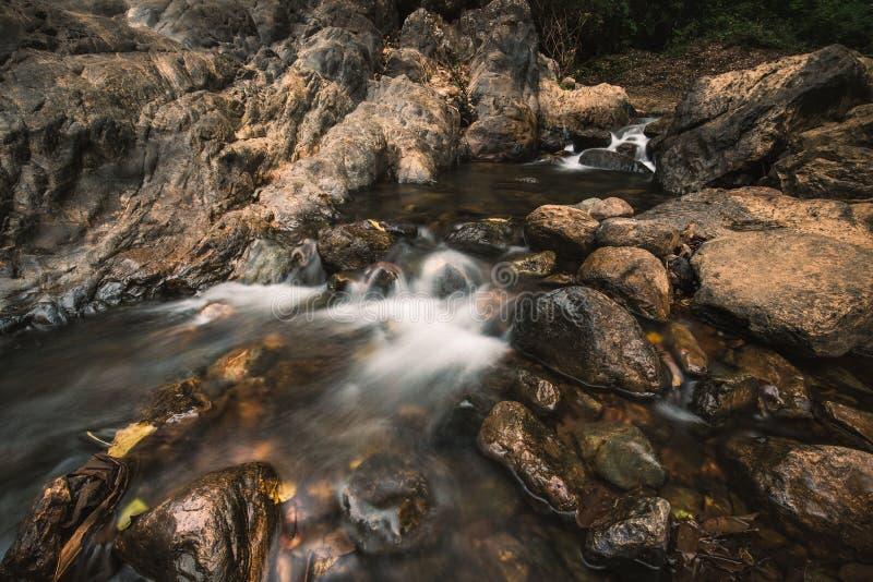 有流动的水的岩石河 库存图片