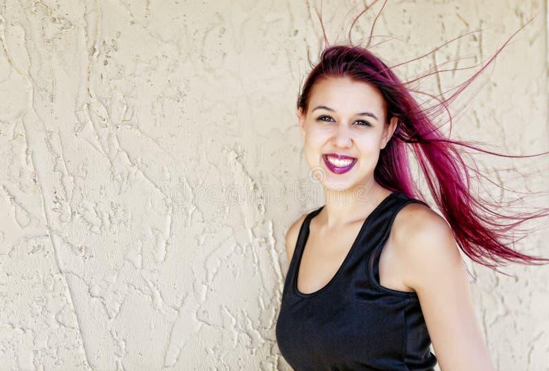 有流动的洋红色头发的妇女 库存图片